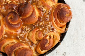 Rose-shaped Sweet Rolls with a Warm Caramel Nut Topping