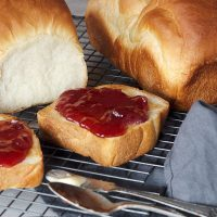 shokupan on cooling rack with toast and jam